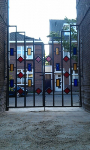 poort | henkst | staal met gekleurd glas